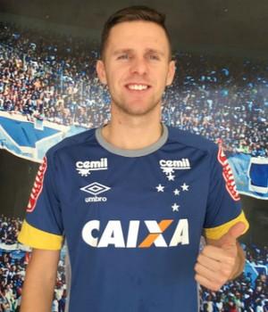 Ezequiel assinou com o Cruzeiro por três anos (Foto: Divulgação/Cruzeiro)