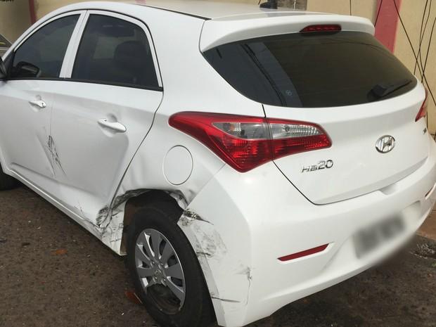 Carro da professora estava estacionado e foi atingido por Opala que também bateu em poste (Foto: Gabriela Pavão/ G1 MS)