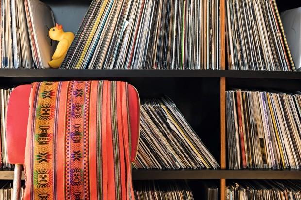 Patinho amarelo em meio aos discos (Foto: Lufe Gomes / Editora Globo)