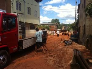 Ambulante deixou sua casa devido as fortes chuvas desta quinta-feira (26). (Foto: Patrícia Belo / G1)