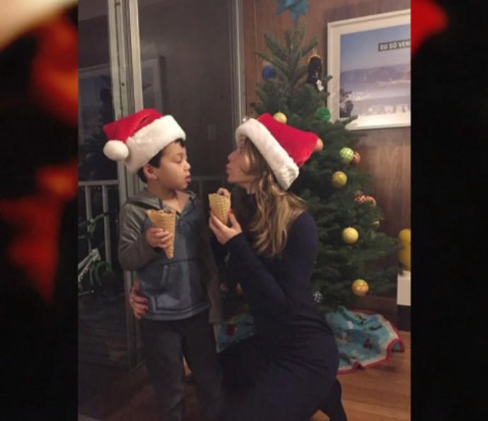 Mariana Ximenes com o afilhado no último Natal (Foto: Reprodução/TV Globo)