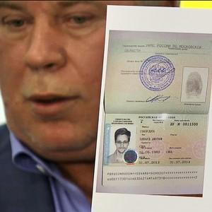 O advogado Anatoli Kucherena mostra o documento do ex-agente norte-americano Edward Snowden, que conseguiu asilo temporário na Rússia. Nesta quinta-feira, Snowden deixou o aeroporto de Moscou, onde estava há mais de um mês (Foto: AP Photo/Associated Press Television))