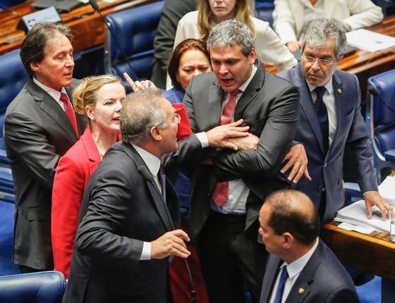 Senador Renan Calheiros empurra o senador Lindbergh Farias ao falar no plenário do Senado após bate-boc (Foto: Sérgio Lima/ÉPOCA)