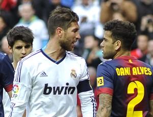 Daniel Alves e Sergio Ramos no jogo do Real Madrid e Barcelona (Foto: AFP)