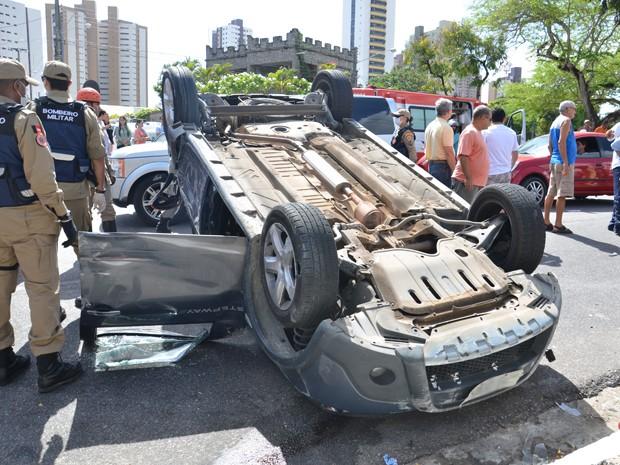 Ainda de acordo com os policiais, a mulher foi atendida no local do acidente, por uma equipe do Samu. (Foto: Walter Paparazzo/G1)
