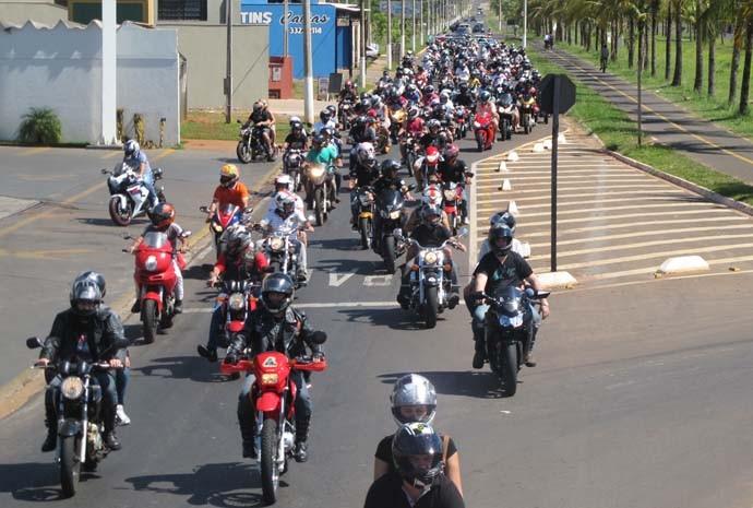 Motociclistas saem em comboio em direção ao Parque do Peão, em Barretos (SP)