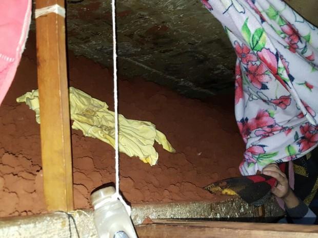 A terra tirada do túnel por onde os presos escaparam estava sendo espalhada pelas duas celas, inclusive escondida no espaço das camas de concreto (Foto: Polícia Civil / Divulgação)