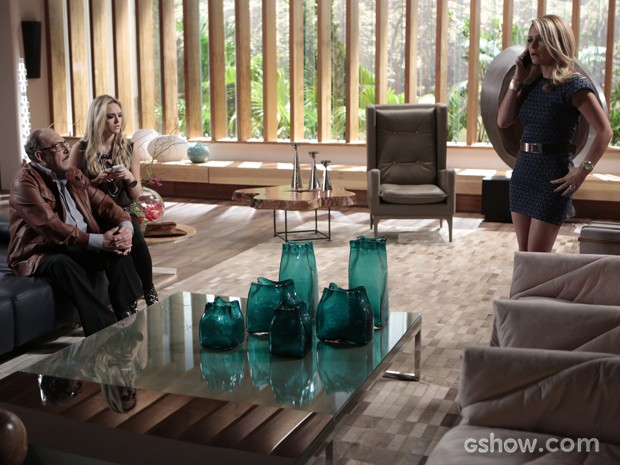 Pamela fala com Murphy no telefone e descobre que Jonas sumiu (Foto: Felipe Monteiro/TV Globo)