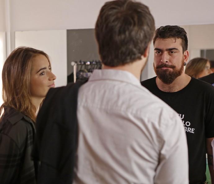 Gabriel estuda o texto com Thales e Manu (Foto: Pedro Carrilho/Gshow)