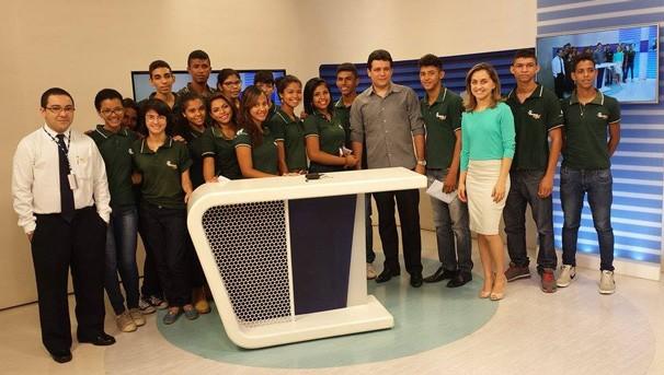 Apresentadora Aline Moreira explica sobre a produção de um telejornal para os aprendizes do CIEE (Foto: Rede Clube)