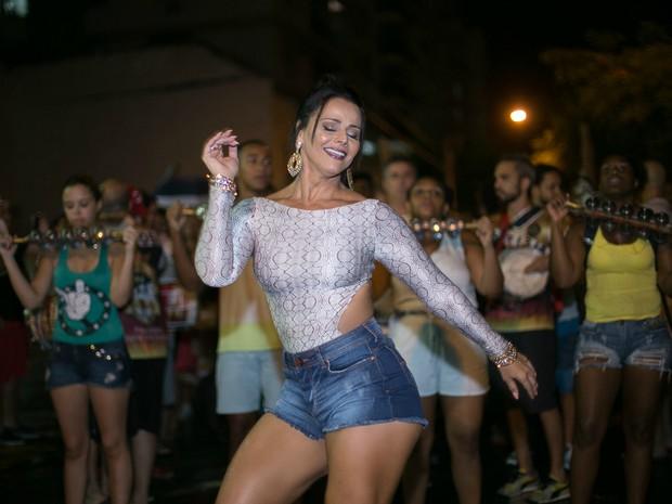 Viviane Araújo em ensaio de rua do Salgueiro, na Zona Norte do Rio (Foto: Alex Nunes/ Divulgação)