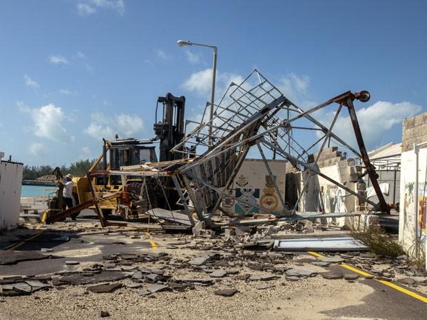 Estrutura danificada no estaleiro Royal Naval, no oeste das Bermudas, após a passagem do furacão Gonzalo (Foto: Reuters/Nichola Muirhead)