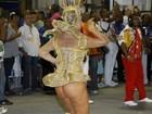 Com fio-dental, Solange Gomes deixa bumbum à mostra em desfile