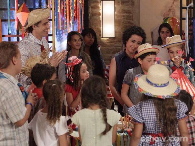 Alheio aos olhares das pretendentes, Cadu curte a festa com o filho (Foto: Raphael Dias/TV Globo)