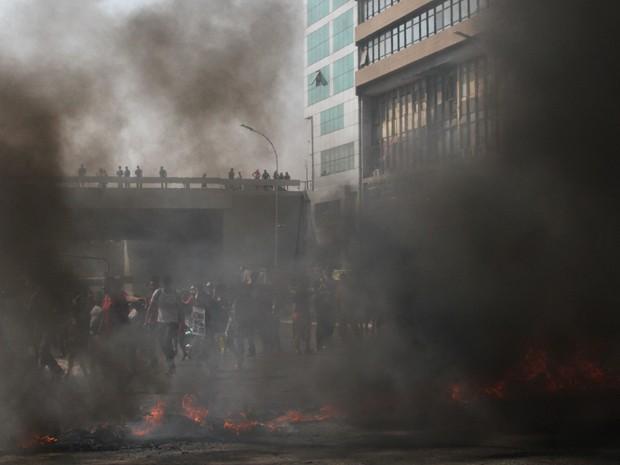 Cortina de fumaça provocada pela queima de pneus no centro de Brasília, em protesto por moradia (Foto: Vianey Bentes/TV Globo)