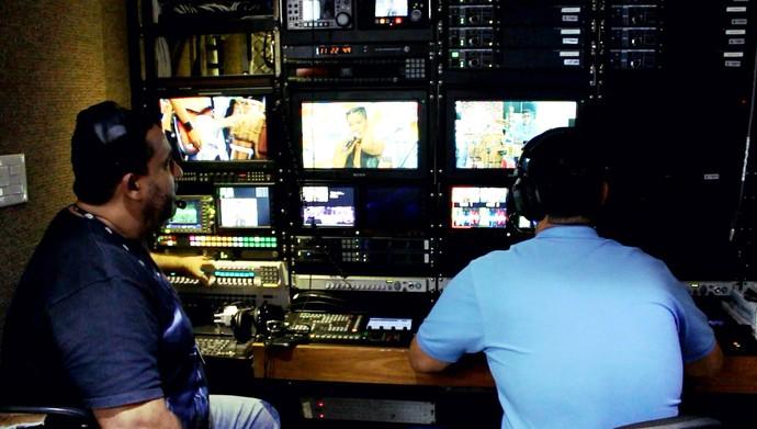 O coordenador de gravação Jorge Almada na unidade móvel (Foto: TV Bahia)
