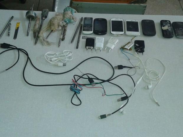 Celulares, carregadores e outros equipamentos encontrados em revista na Bahia (Foto: Blog do Sigi Vilares)