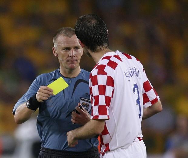 Graham Poll mostra cartão a Josip Simunic (Foto: Getty Images)