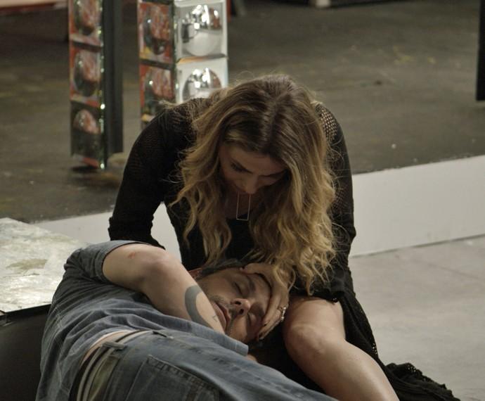 Atena se desespera ao ver Romero no chão (Foto: TV Globo)