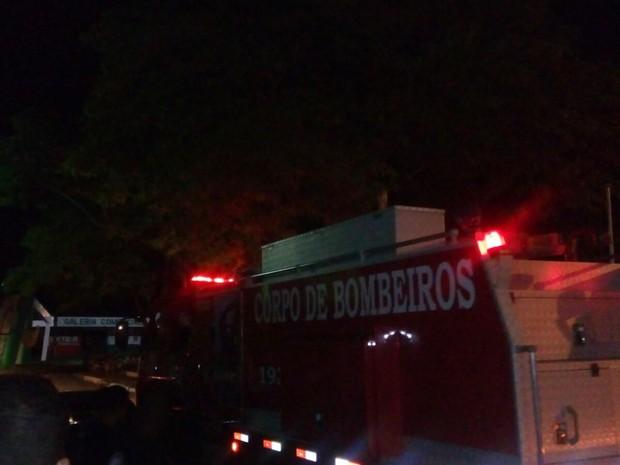 Corpo de Bombeiros conteve o incêndio no salão de eventos  (Foto: Extra de Rondônia/ Reprodução)