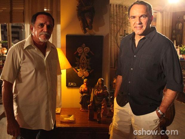 Os irmãos com o quadro de HUgo, que faz parte do cenário, ao meio (Foto: Carol Caminha/TV Globo)