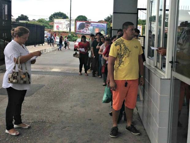 ENEM 2016 - SÁBADO (5) - Manaus (AM) - Candidatos fazem fila em portão de escola antes de prova do Enem (Foto: Eliena Monteiro)