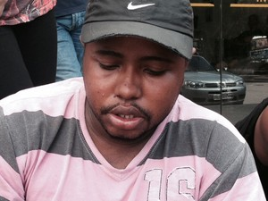 Luiz Henrique Soares dos Santos, de 24 anos, aguarda a liberação do corpo do bebê Paulo Henrique Cesário dos Santos no IML. (Foto: Alba Valéria Mendonça / G1)