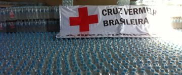 Cruz Vermelha distribui água para atingidos por lama (Patrícia Belo/G1)