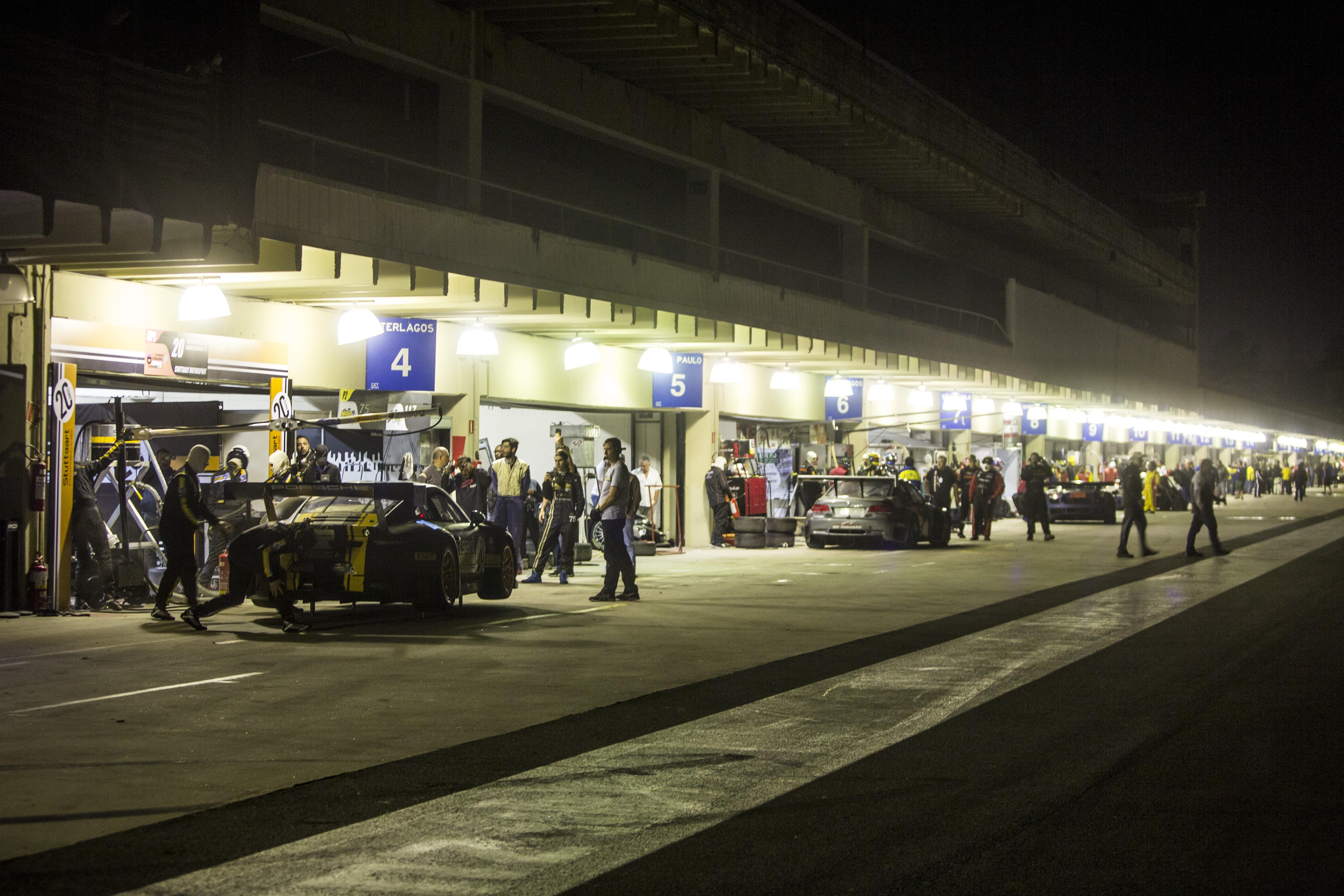 Os pits a noite.... (Foto: Bruno Terena/MS2)