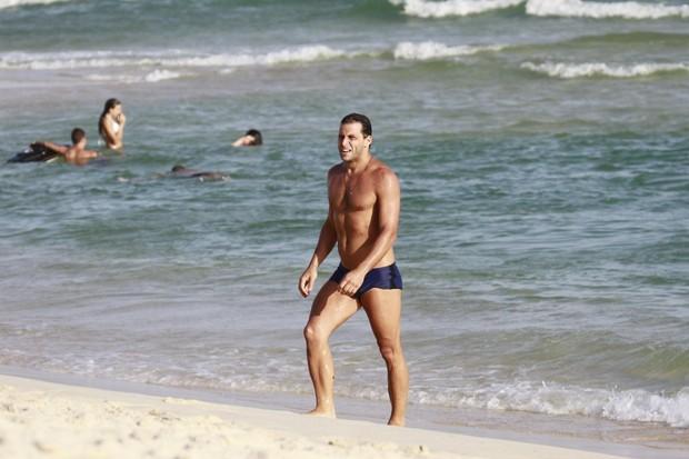 Henri Castelli na praia (Foto: Dilson Silva/ Ag. News)
