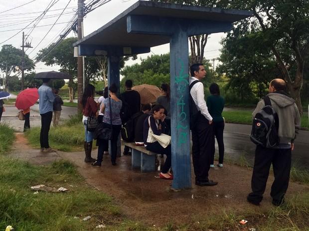 Ponto de ônibus lotado em Campinas nesta segunda-feira (Foto: Priscilla Geremias/G1)