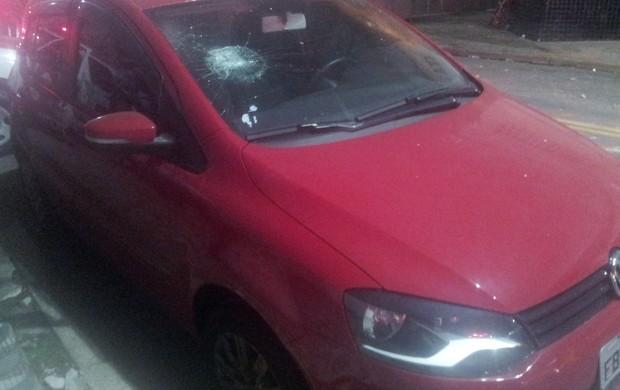 Carro danificado - Confusão - Vila Belmiro (Foto: Lincoln Chaves)