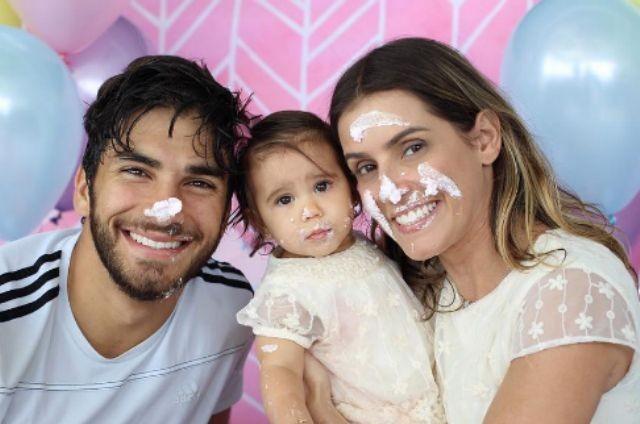 Deborah Secco com o marido, Hugo Moura, e a filha, Maria Flor (Foto: Reprodução)