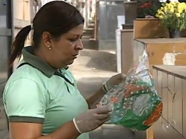 Agentes combatem a dengue em cemitérios de Sorocaba (Foto: Reprodução/TV TEM)