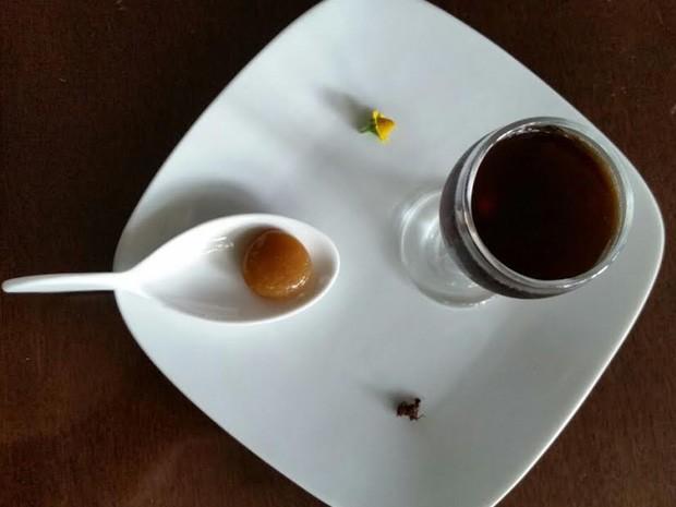 Pré-sobremesa de formiga servida com uma flor de jambu, uma esfera de pêra e uma dose de cerveja preta artesanal (Foto: Vianey Bentes/TV Globo)