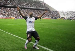 Vagner Love comemora gol do Corinthians sobre o Joinville (Foto: Marcos Ribolli)