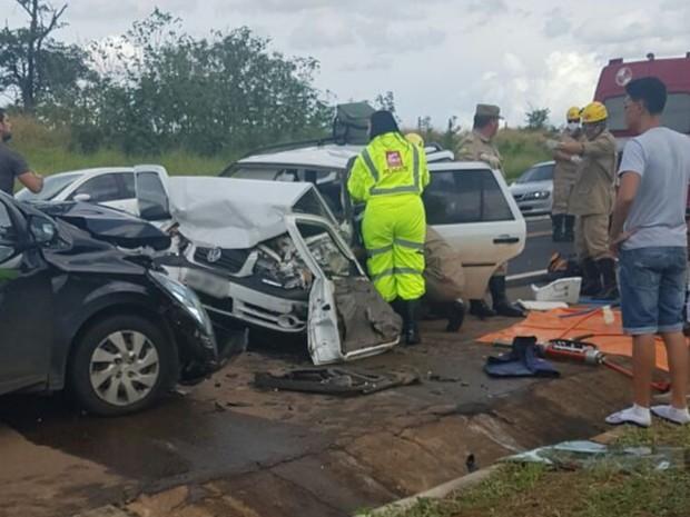 Acidente com 3 veículos deixa sete pessoas feridas na BR-050 em Catalão Goiás (Foto: Divulgação/Corpo de Bombeiros)
