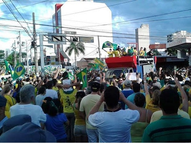 Manifestantes percorrem avenidas de Cuiabá durante protesto contra corrupção. (Foto: André Souza/G1)
