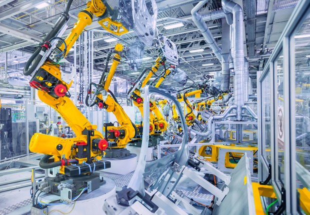 Robôs trabalham na linha de montagem  (Foto: Sean Gallup/Getty Images)