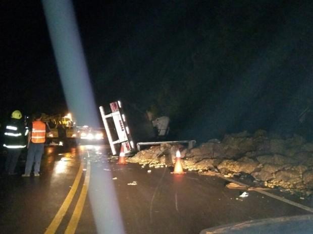 Caminhão tombou na ERS-110, na madrugada de sábado (Foto: Polícia Civil/Divulgação)