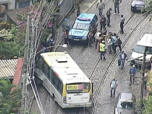 Acidente aconteceu na mesma rua onde bonde tombou e matou seis pessoas há mais de um ano (Foto: Reprodução / TV Globo)