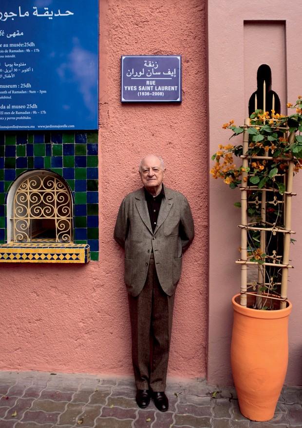Pierre Bergé na rua que leva o nome de Yves Saint Laurent em Marrakech, em novembro de 2010 (Foto: Derek Hudson / Getty Images, Reuters / Latinstock e Magnum / Latinstock)