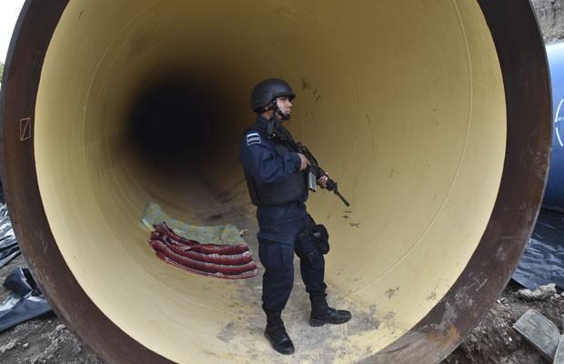 Agentes da polícia federal mexicana buscam o traficante foragido Joaquín 'El Chapo' Guzmán em áreas próximas à prisão Altiplano. (Foto: Yuri Cortez/AFP)
