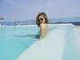 Lucy Hale curte dia de sol em piscina de hotel no Rio