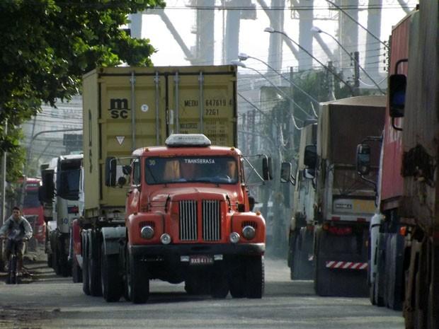 Rua do Adubo, por enquanto, é o único acesso aos terminais portuários (Foto: Ivair Vieira Jr/G1)