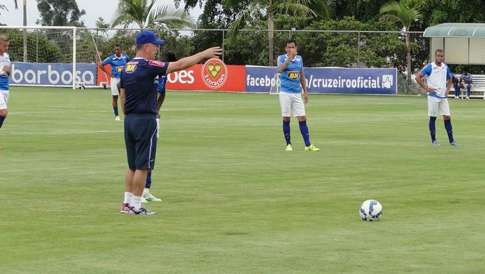 Mano Menezes orienta os jogadores na Toca da Raposa (Foto: Marco Astoni)