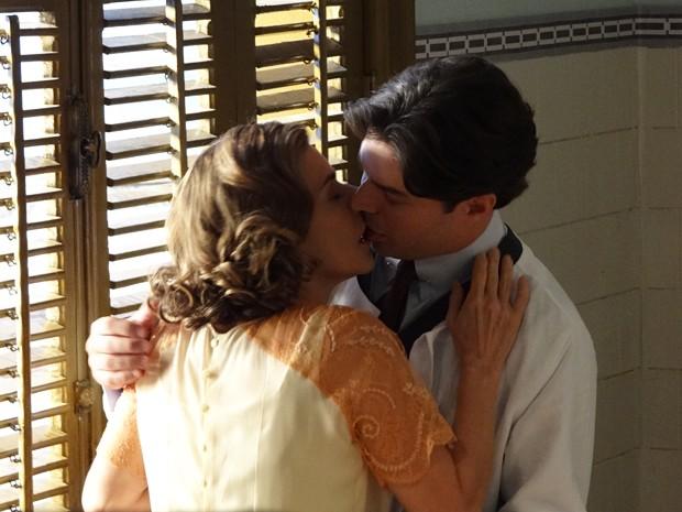 Sinhazinha não resiste e beija Osmundo (Foto: Gabriela / TV Globo)