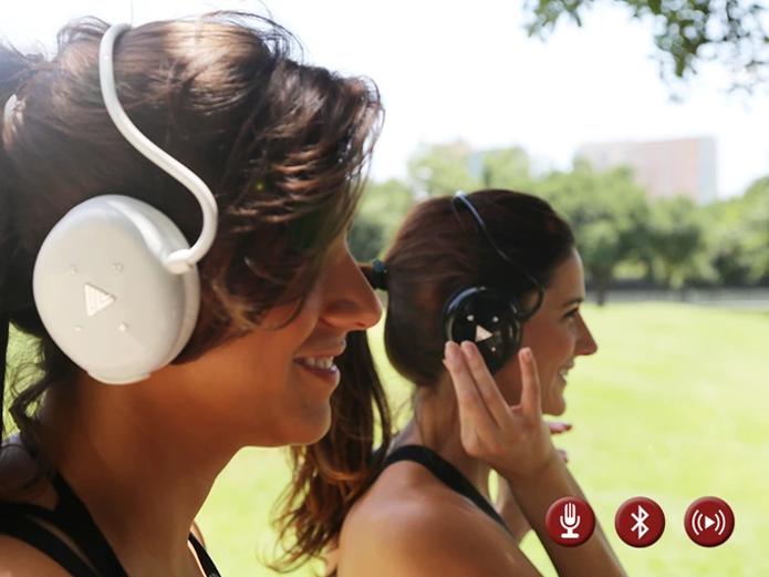 Além de conectividade via Bluetooth, é possível armazenar músicas no fone (Foto: Divulgação/Livv)