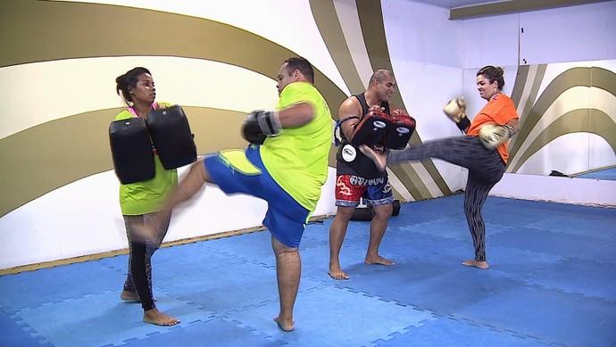 Trio do Me Transforme para o Verão encara treino de Muay Thai (Foto: TV Sergipe)