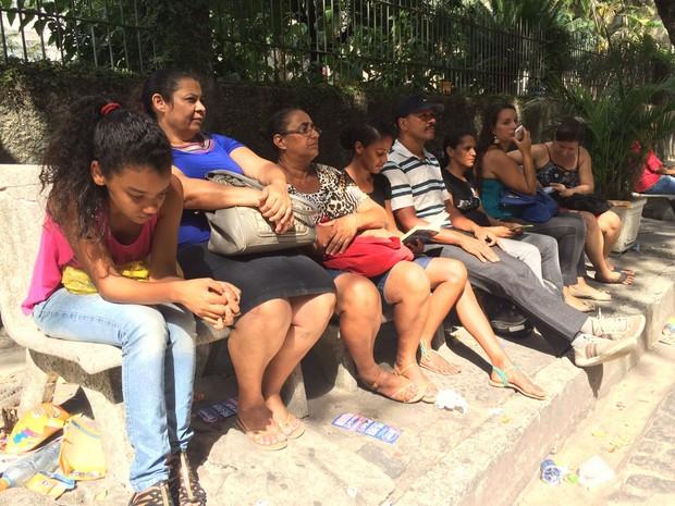 Vários acompanhantes se juntam para tentar segurar juntos a ansiedade na espera pelos feras (Foto: Arline Lins / TV Globo)
